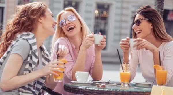 woman_talking_cafe
