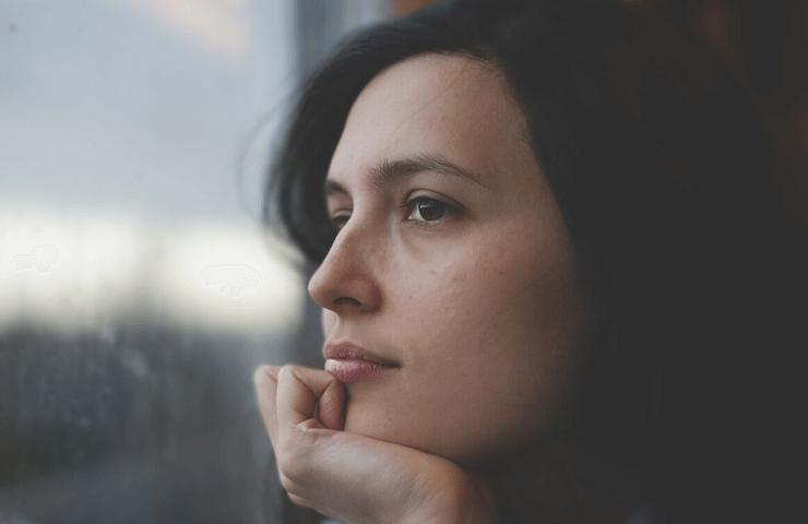 思考する女性