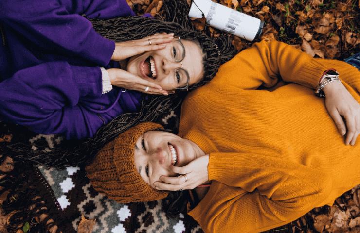 笑顔で横たわる女性2人