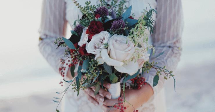 花束をもつ女性