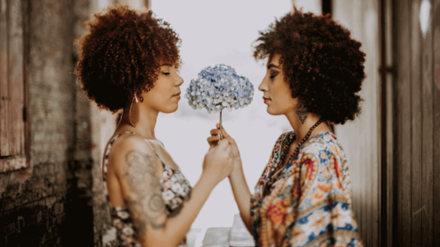 花をもつ_2人の女性